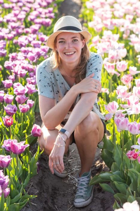 Dit ben ik, Laura Vink van Vink Academy. Hier tussen de tulpen aan het poseren ;)